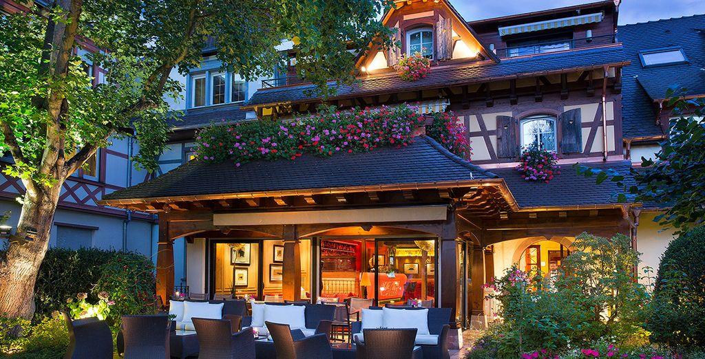 Disfrute de su atractiva terraza rodeada de jardines
