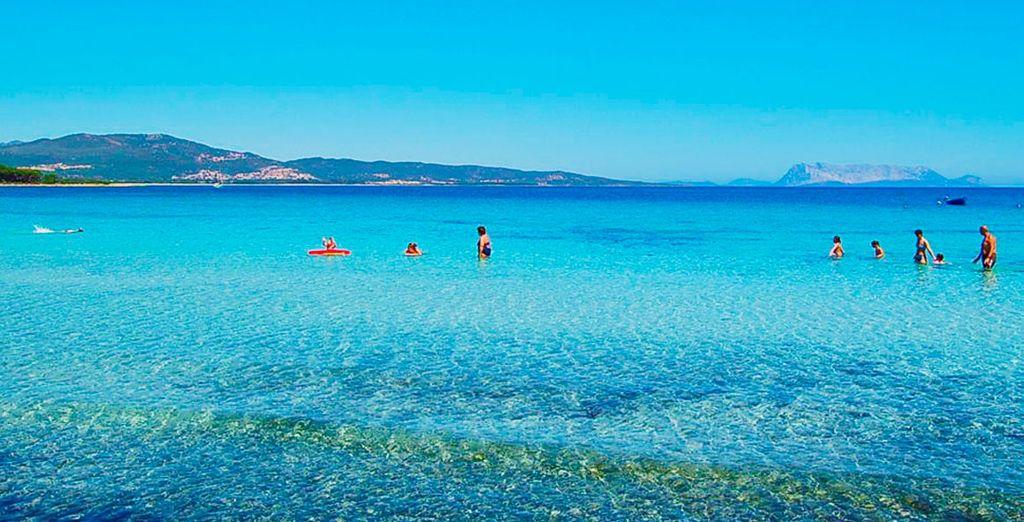 Refrésquese en sus playas de color turquesa