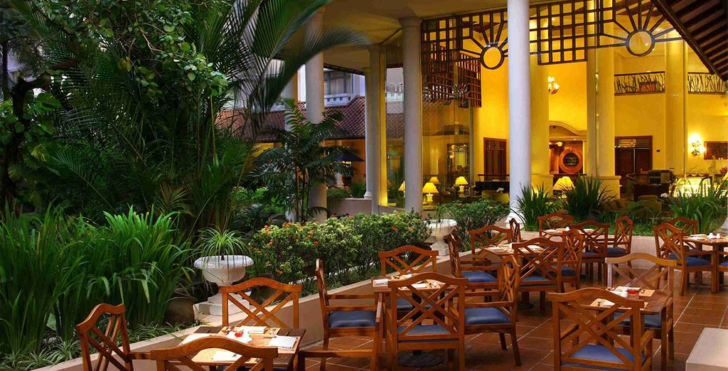 Disfrute de la gastronomía típica en sus restaurantes. Melia Purosani en Yogyakarta.