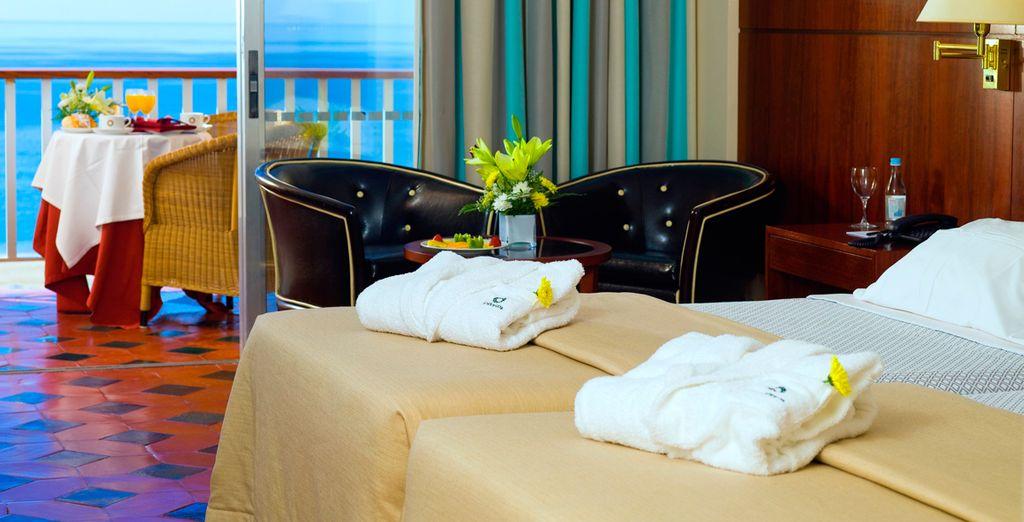 Descanse en una confortable habitación con vistas