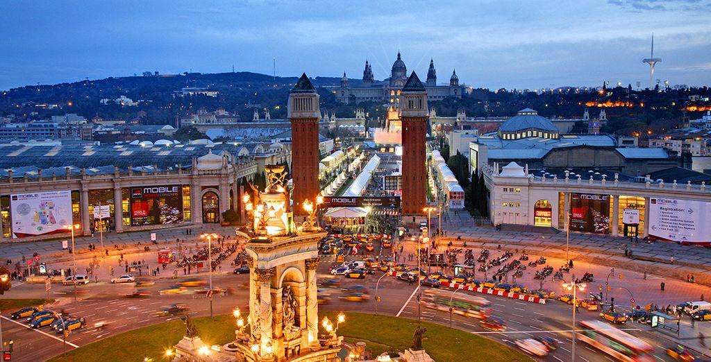 Por las noches disfrute del espectáculo repleto de música y color de la Fuente de Montjuic, en Plaza España