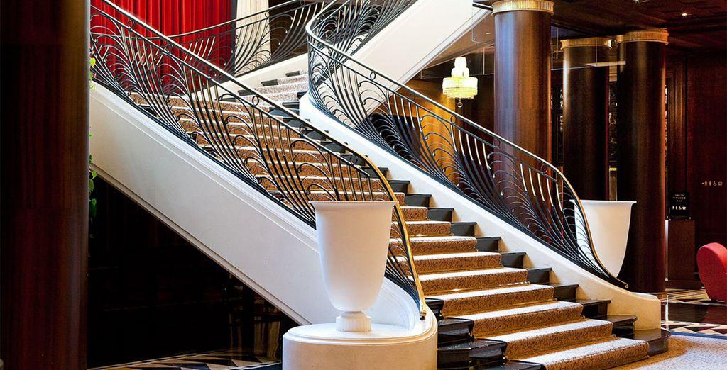 Una escalinata corona la recepción
