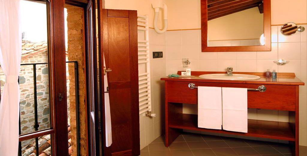 Con un baño de estilo rústico y elegante