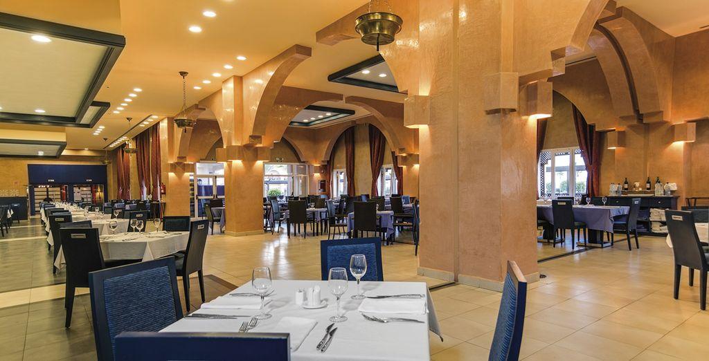 Disfruta de la amplia gastronomía que el hotel pone a tu disposición