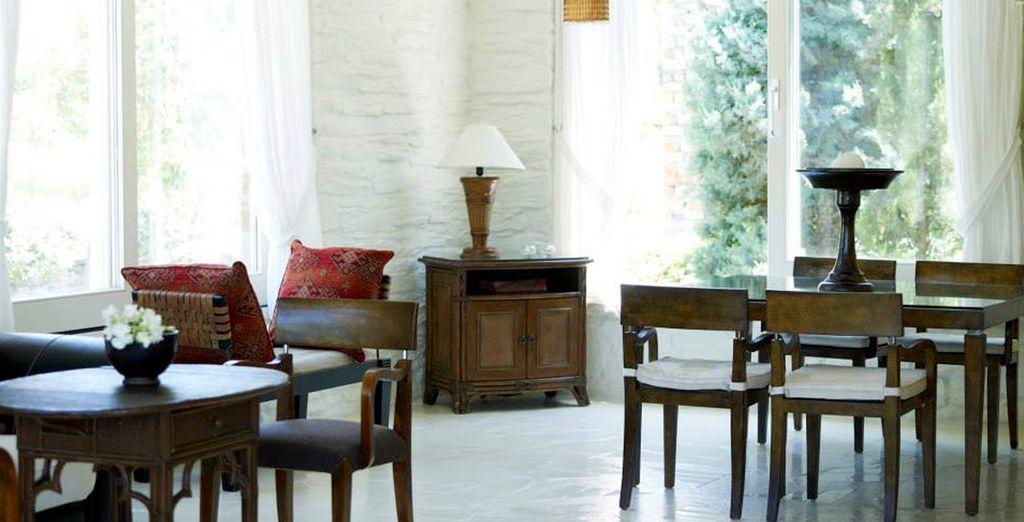 Muebles antiguos que destacan en un ambiente blanco y luminoso