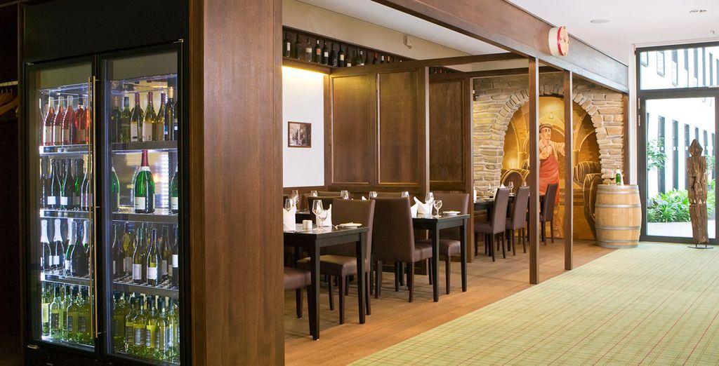 Saboree una gran variedad de platos y vinos exquisitos en su restaurante Le Menardié