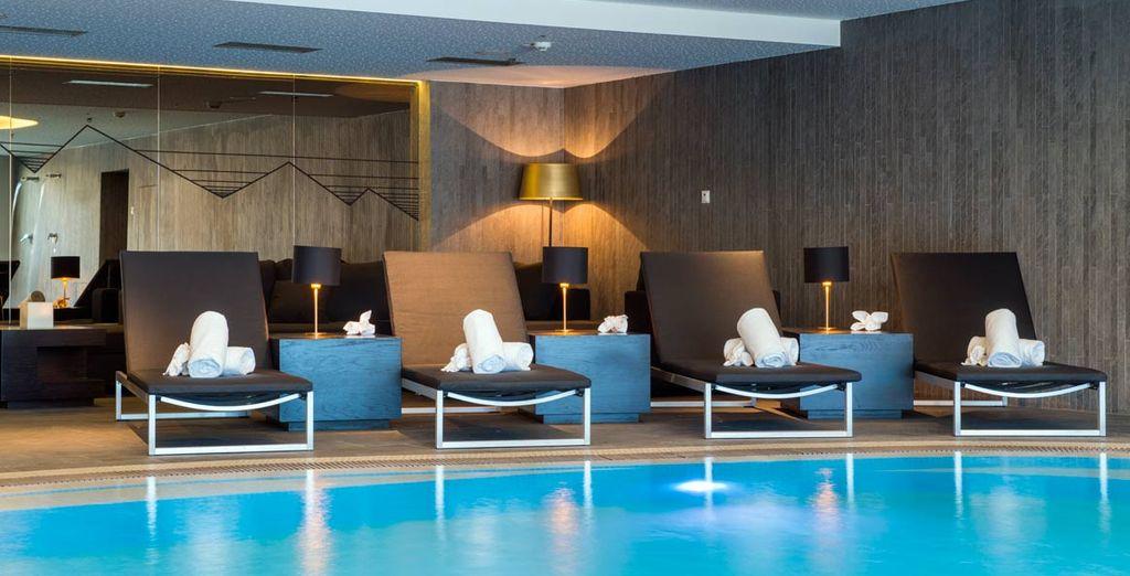 Disfrute de la piscina climatizada interior...