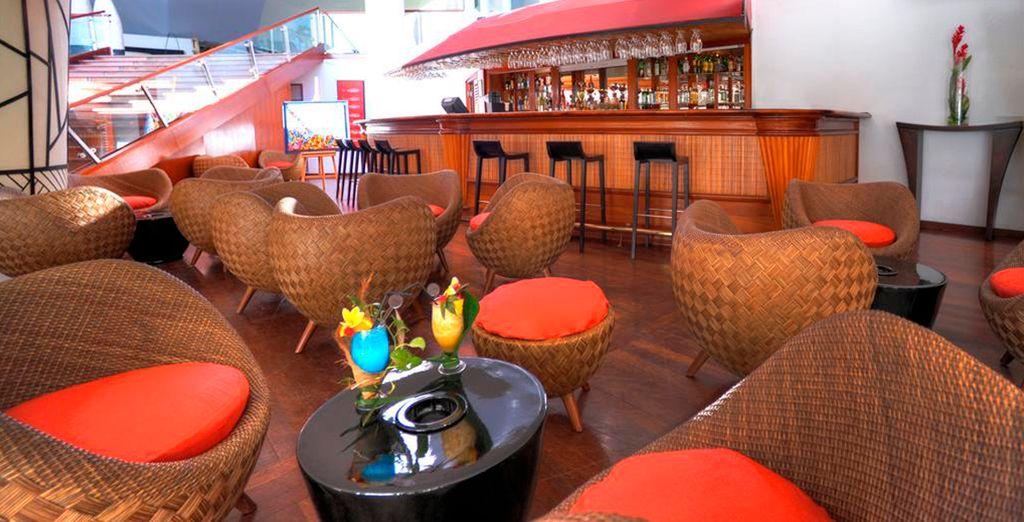 Tome una copa en el bar del Meridien Tahití