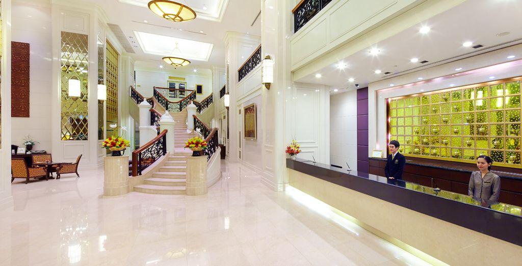 Una recepción amplia, mordena y lujosa, Hotel Grande Centre Point