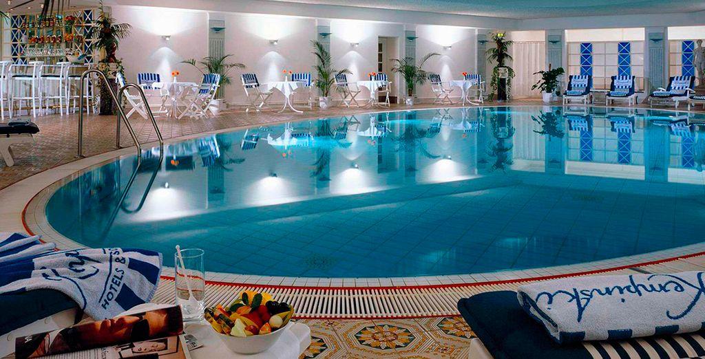 Relájese en la piscina cubierta y el Spa despúes de un paseo por la ciudad