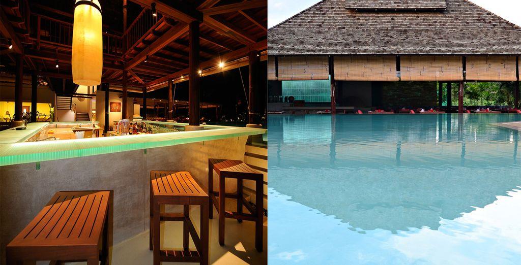 Disfrute de la piscina exterior y sus bares