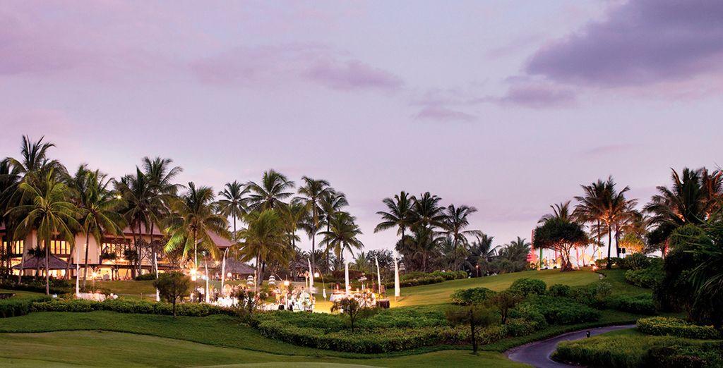 Un hotel rodeado de vegetación y zonas verdes
