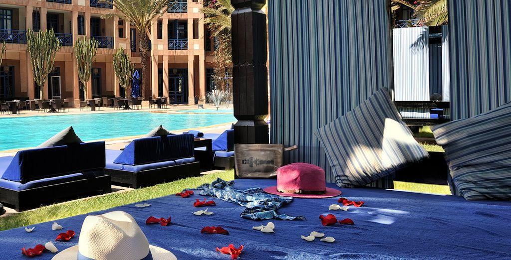 Y piscina exterior con hamacas