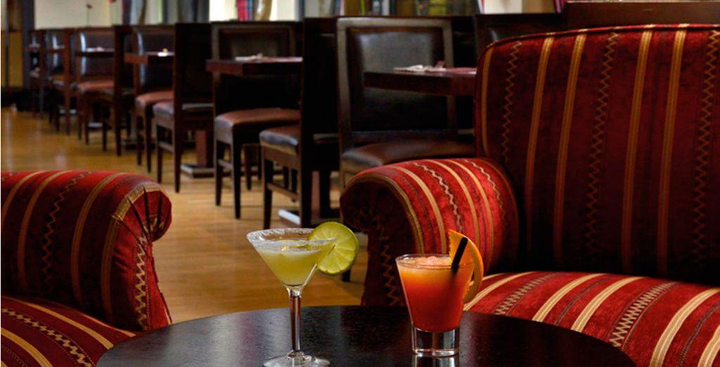 Tómese un cóctel en el Bar despúes de un día de turismo por la ciudad