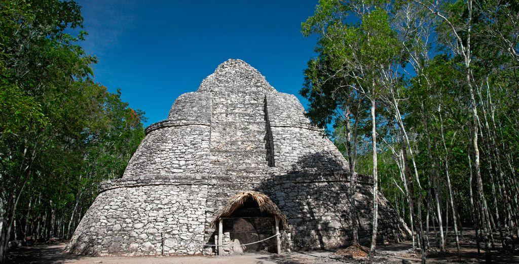 Visite las famosas ruinas de Cobá