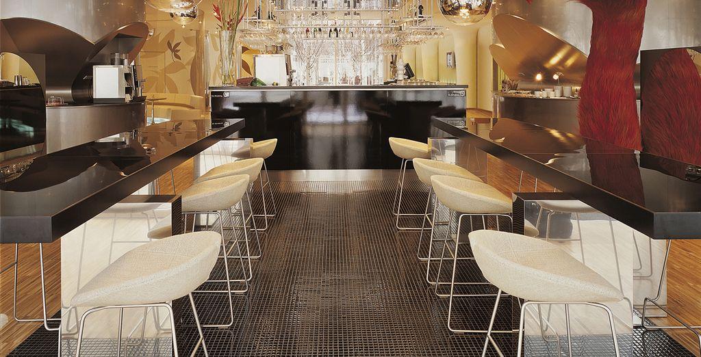 Tómese un aperitivo en el bar del vestíbulo