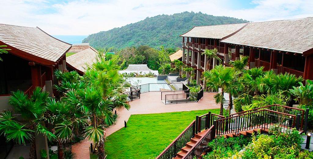 Rodeado de jardines tropicales y vegetación