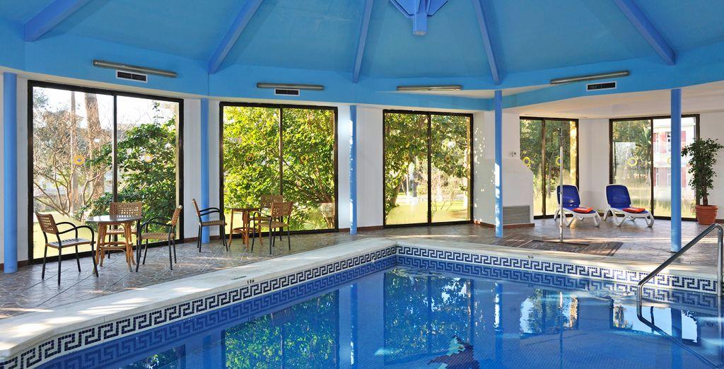Relájese en su piscina interior climatizada