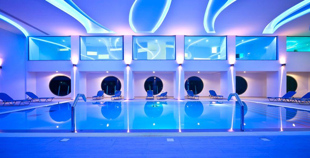 Respire el ambiente zen de la piscina interior