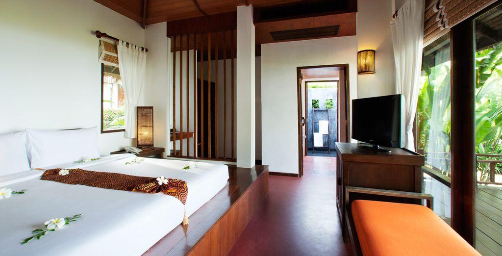Descanse en su Villa Superior de 44 m² y amplio balcón de madera con sillas y mesa
