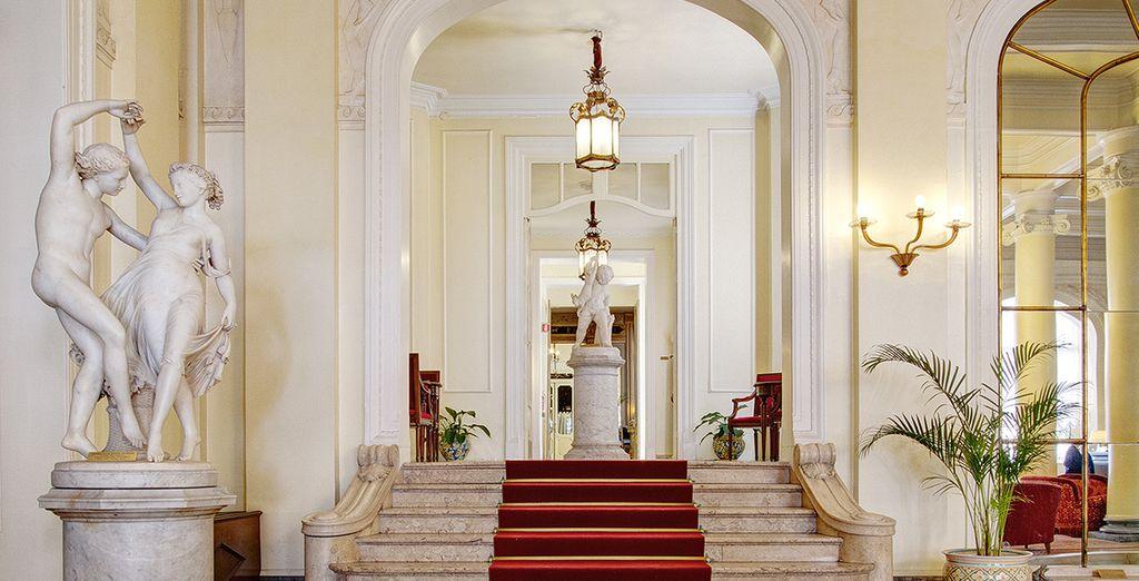 Entrada a un majestuoso hotel