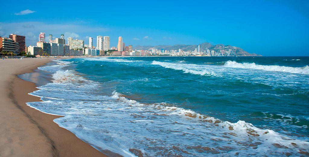 El Magic Monika Holidays está situado a 300 metros de la playa de Poniente