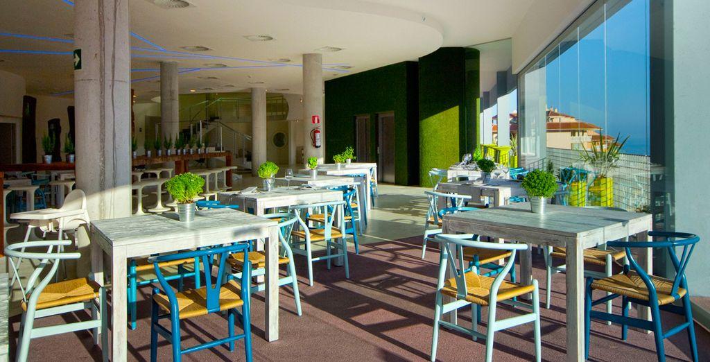 Reponga fuerzas en el Snack Bar, saboreando la cocina mediterránea de primera calidad