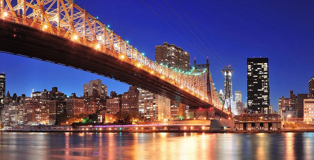 El famoso Puente de Brooklyn conecta Manhattan con las afueras