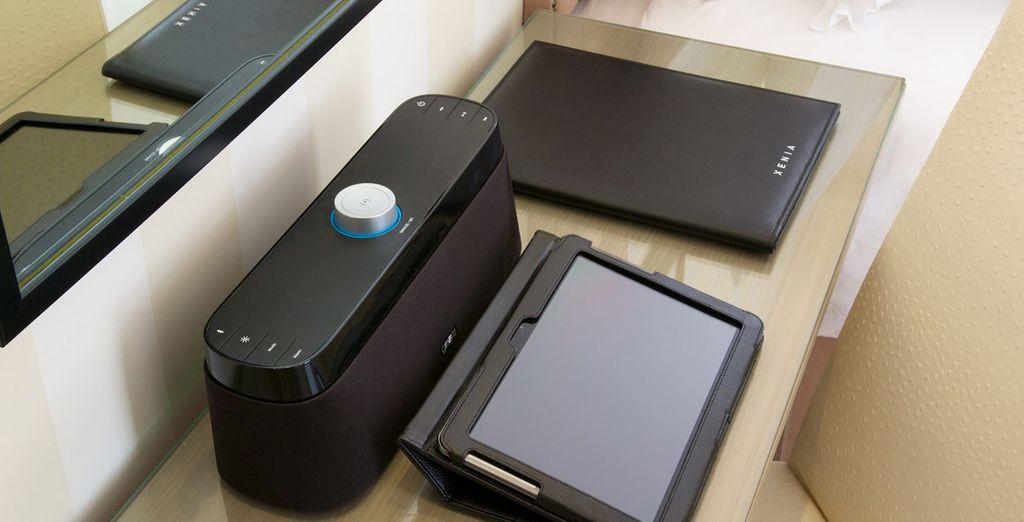 Detalle de tableta Samsung con acceso a internet y altavoz