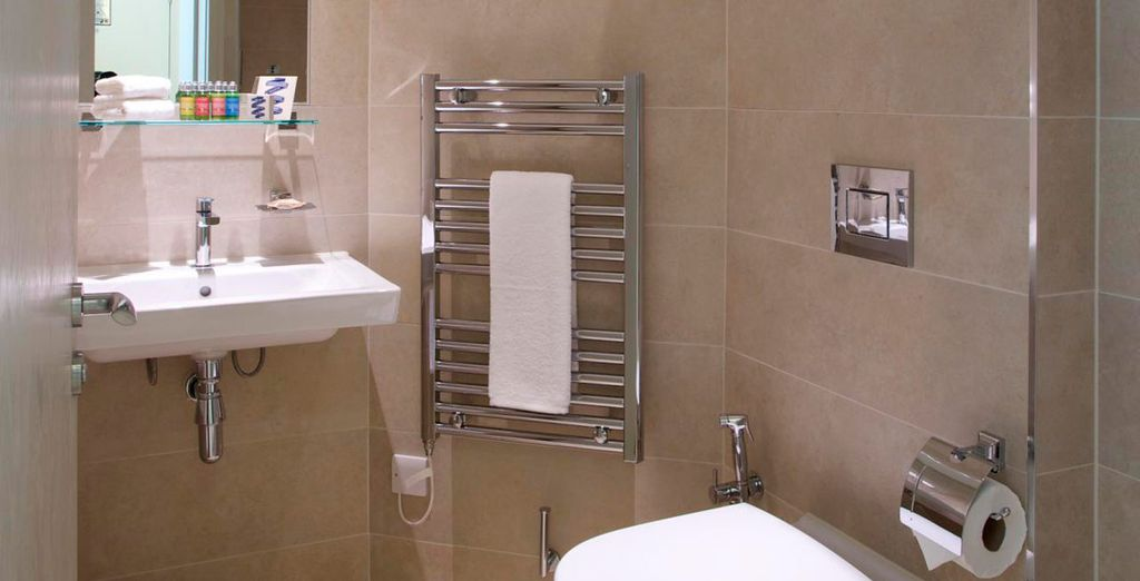 Baño privado con ducha y artículos de aseo de L'Occitane