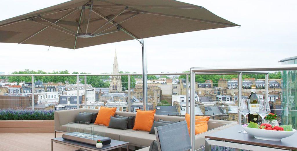 Disfrute de la terraza en la azotea tomándose una copa