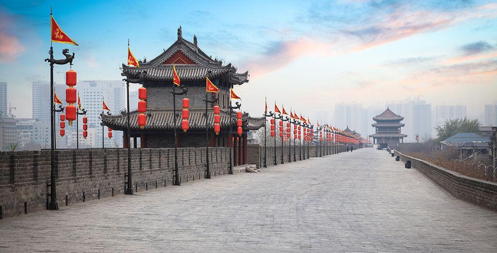 Pasee por la vieja muralla de Xian al atardecer
