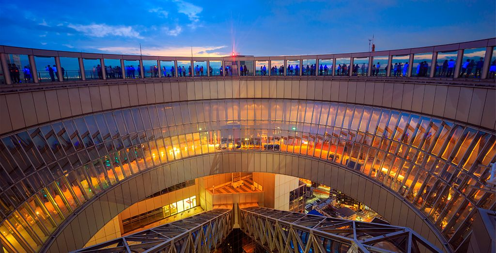 Podrán disfrutar de unas maravillosas vistas de la ciudad desde Umeda Sky Building, el séptimo edificio más alto de la ciudad