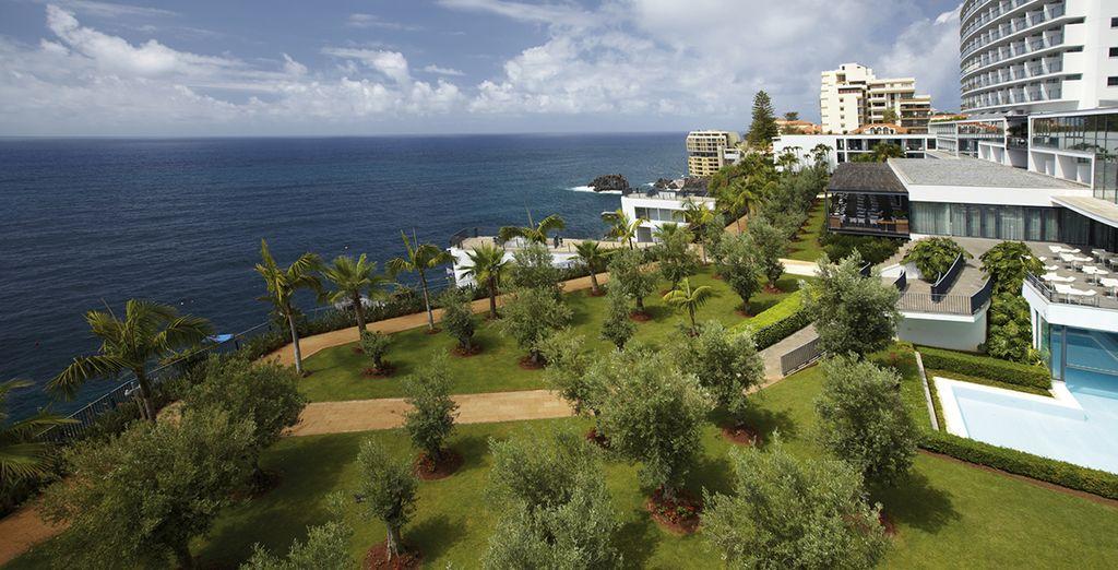 Un hotel situado junto al mar