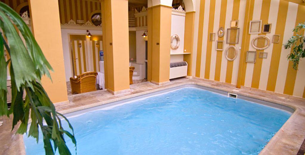 Disfrute también de la piscina del hotel