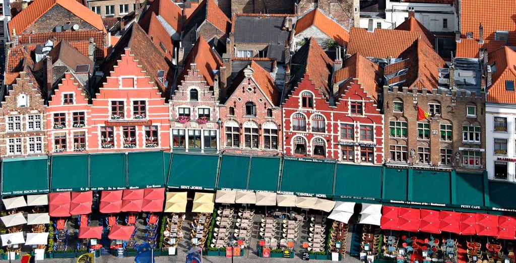 Admire las típicas casas en Grote Markt