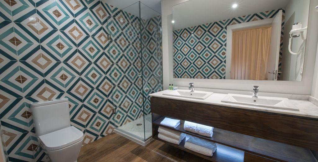 Detalle de los baños totalmente equipados