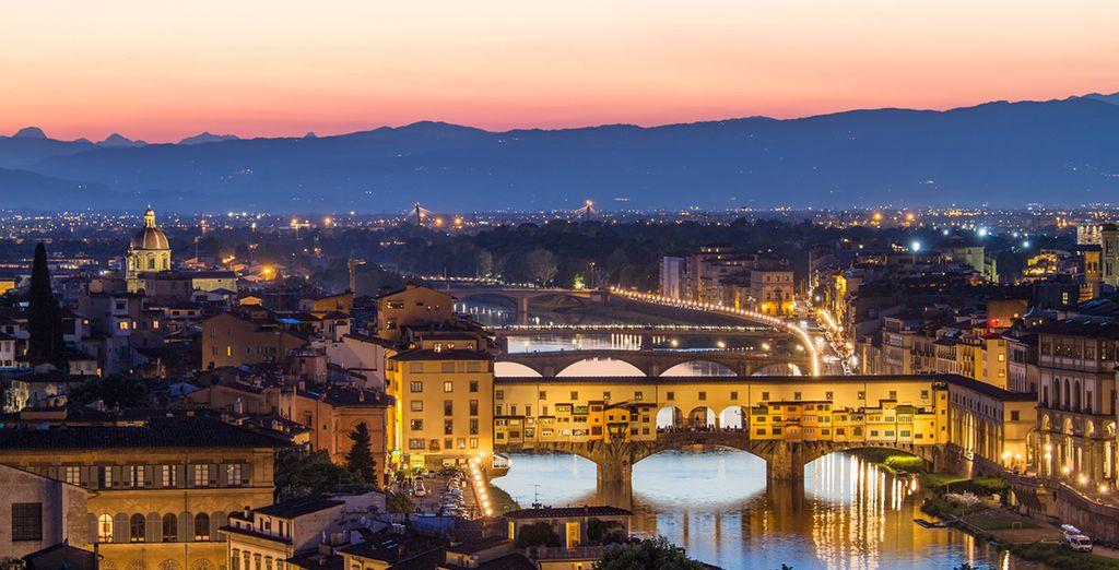 Pasee por el Puente Vecchio sobre el Arno