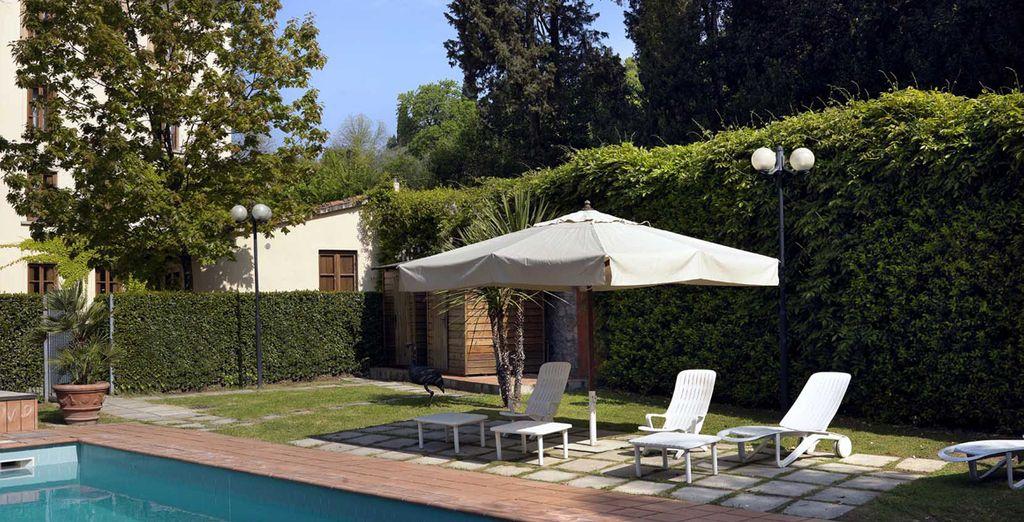 En la piscina al aire libre podrá disfrutar de un momento de relax después de un largo día