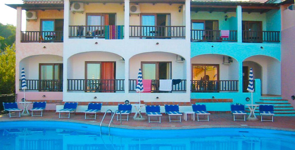 Un hotel con una bonita arquitectura típica de la zona