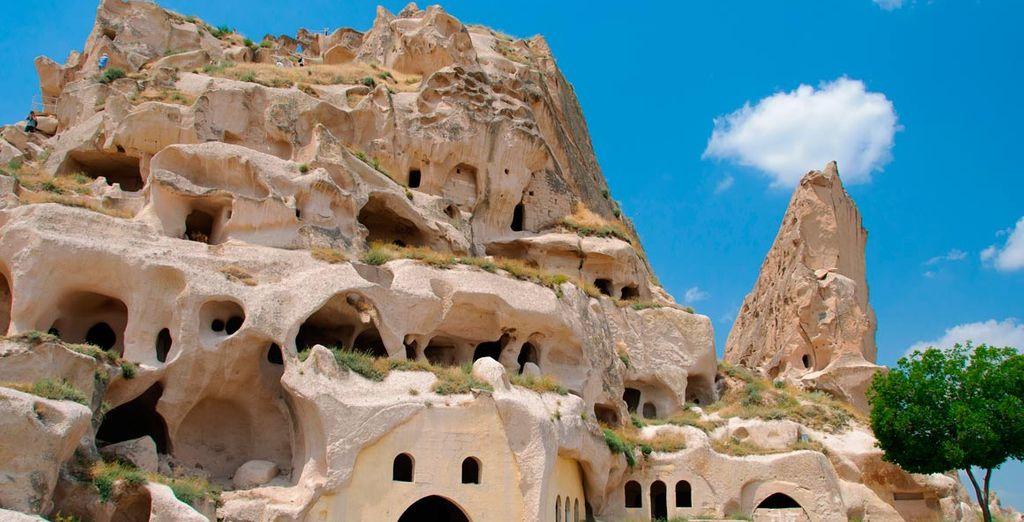 Bienvenido a Capadocia... Visitará el museo al aire libre de Göreme que conserva un impresionante conjunto de iglesias, capillas y monasterios excavados en la roca