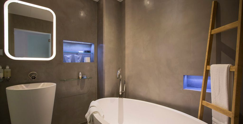 Con un baño moderno completamente equipado
