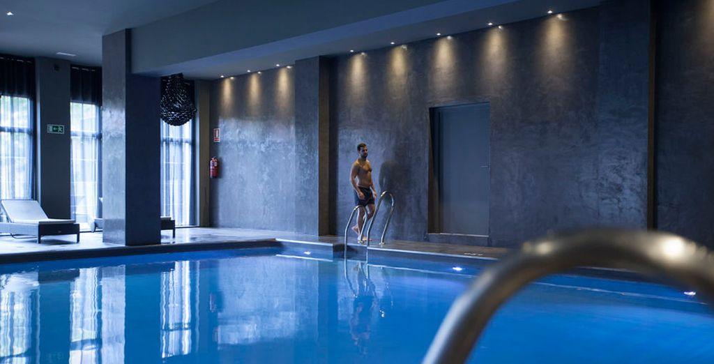 Aproveche el acceso incluido a la piscina interior, el jacuzzi y las saunas