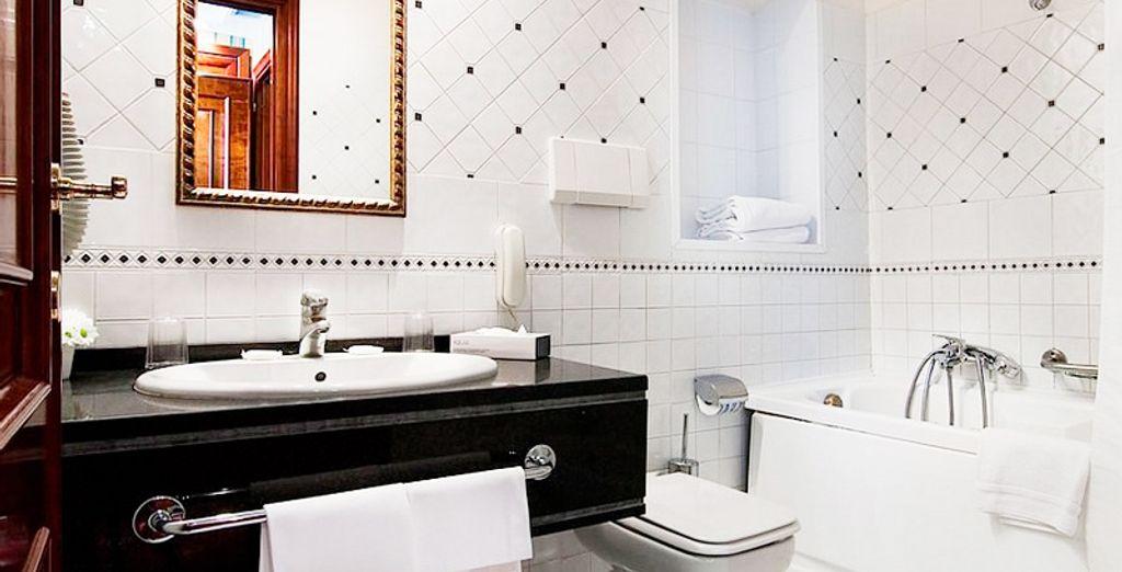 Con baño moderno privado en la misma