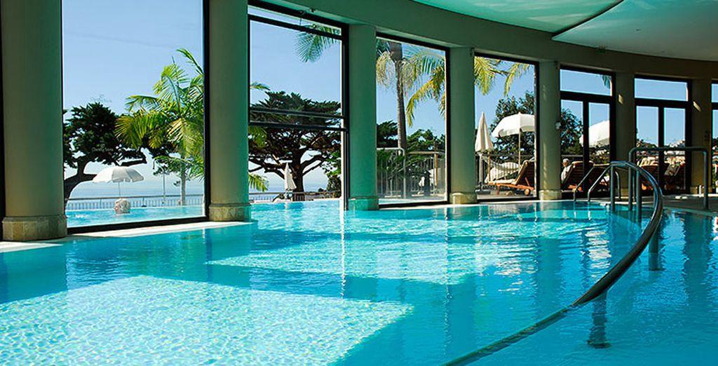 Disfrute de las magníficas vistas desde la piscina interior