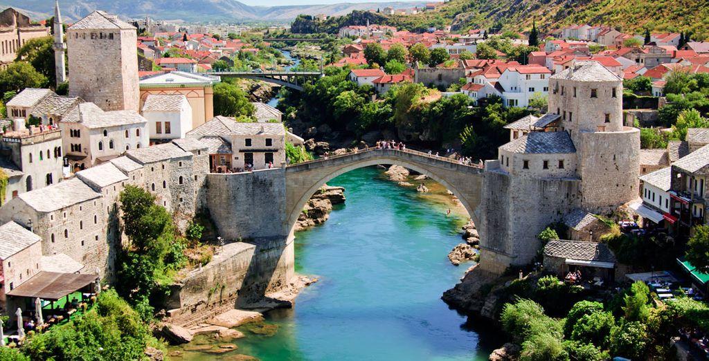 Repleta de calles medievales estrechas y empedradas, mercados artesanales y donde destaca el Puente Viejo