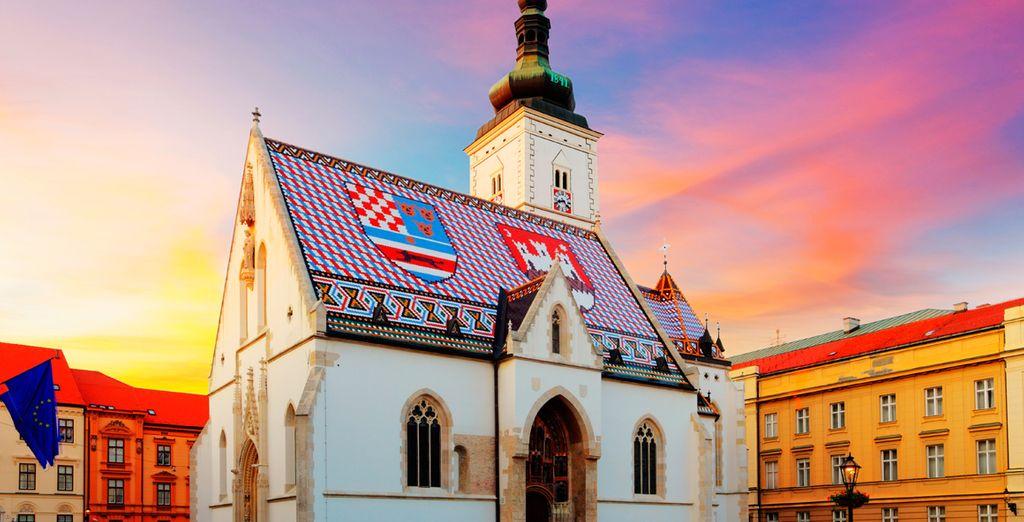 En su paseo descubrirá la iglesia de San Marcos, cuyo tejado luce vivos colores