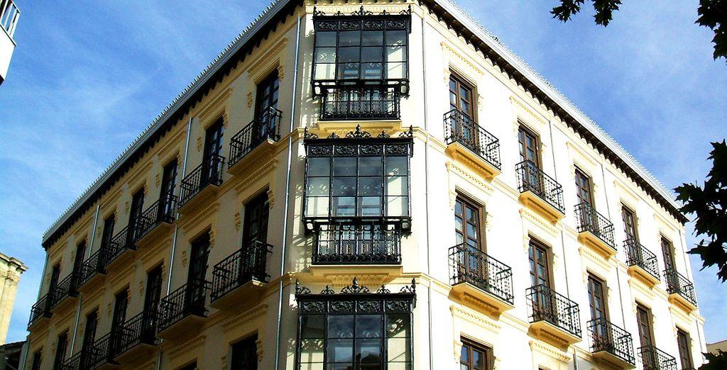 El hotel está ubicado en uno de los edificios más singulares del casco histórico de Granada