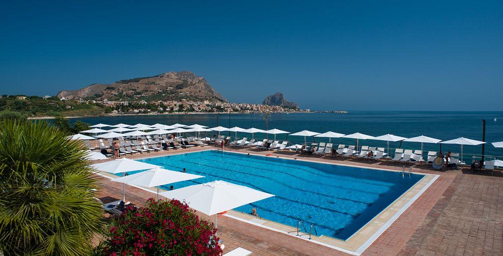 Una piscina donde relajarse y disfrutar