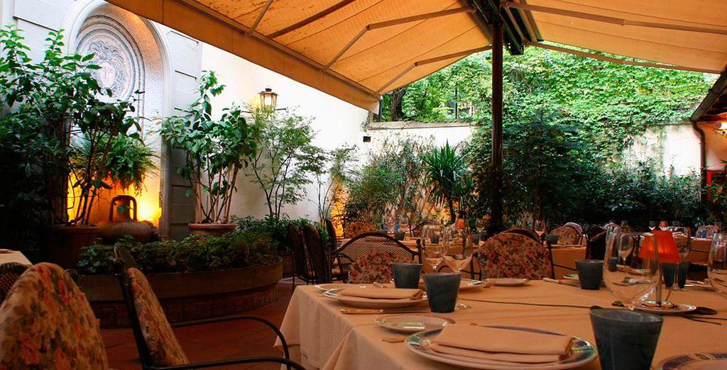 Disfrute de exquisitos aperitivos italianos en la terraza